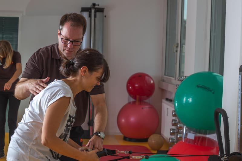 aktive physiotherapie bei nackenschmerzen apt gruppe elithera gesundheitszentren f r. Black Bedroom Furniture Sets. Home Design Ideas